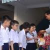 Tặng quà Trung thu cho học sinh có hoàn cảnh đặc biệt.