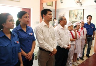 Thăm và dâng hương tại Nhà tưởng niệm Mẹ Nhu