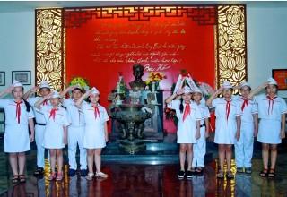 Học sinh thăm khu tưởng niệm Anh Nguyễn Văn Trỗi.